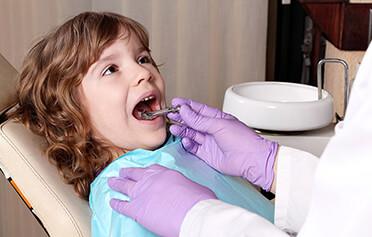 VELKÝ PRŮVODCE: Jak zvládnout zubaře i bez krokodýlích slz a pokousané sestřičky